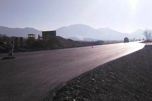 Nový asfalt na nových úsekoch cesty I/65.