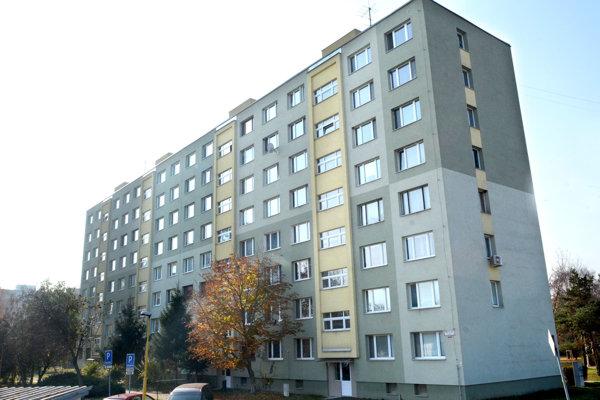 Panelový dom na Baltickej ulici v Košiciach. Jeho obyvatelia sa sporia so stavebnou firmou. Zatiaľ prehrávajú.