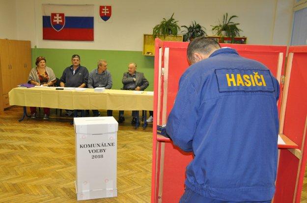Už pár minút po siedmej hodine prišiel v dolnokubínskom piatom obvode voliť profesionálny hasič.