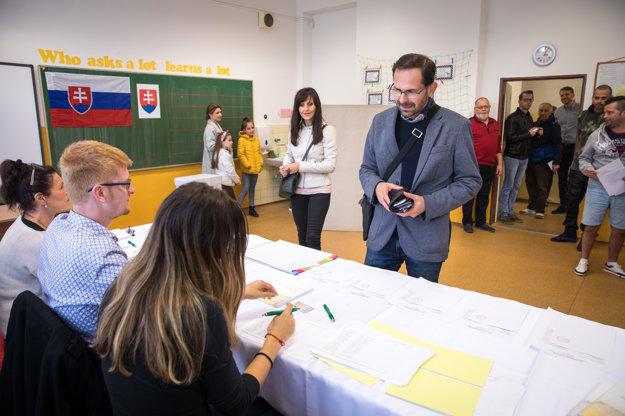 Ján Mrva s manželkou vo volebnej miestnosti na ZŠ Kataríny Brúderovej vo Vajnoroch.