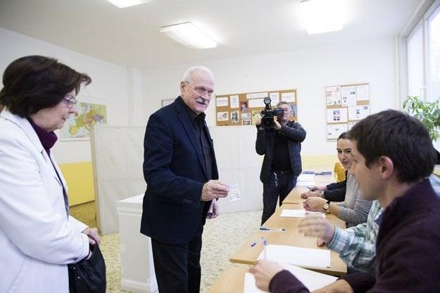 Na snímke exprezident SR Ivan Gašparovič s manželkou Silviou po preukázaní preukazom totožnosti členovi okrskovej volebnej komisie na prevzatie hlasovacích lístkov vo komunálnych voľbách 2018 v Bratislave.