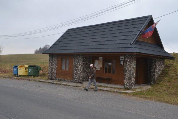 V priestoroch autobusovej zastávky nad Detvianskou Hutou sa volí približne 15 rokov.