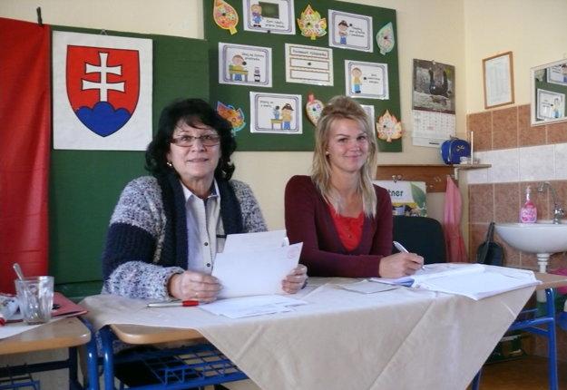 Alena Nagyová (vľavo) má v okrskovej komisii premiéru.
