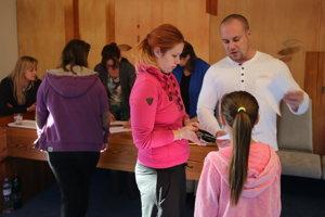 Členovia volebnej komisie v Liptovskom Jáne boli voličom nápomocní.