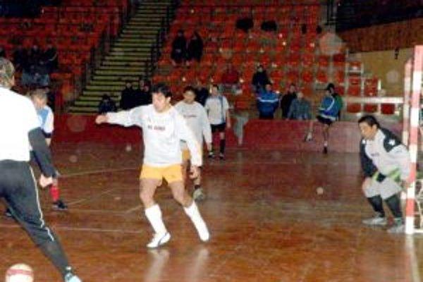 Futbalisti AS Roma (v bielom) nezískali ani bod.