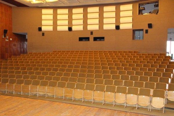 Staré sedadlá v divadelnej sále