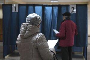 Ľudia na východe Ukrajiny si volia svojich zástupcov.