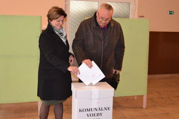 Primátor Turzovky Ľubomír Golis s manželkou odvolili vo volebnej miestnosti v KD R. Jašíka.