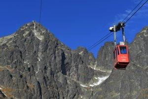 Visutá lanovka smeruje zo Skalnatého plesa na Lomnický štít vo Vysokých Tatrách