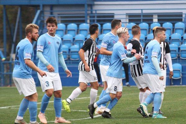 Stretnutie sa hralo na hlavnom štadióne. Prvý gól strelil Peter Šútorík (blondiak s č. 8).