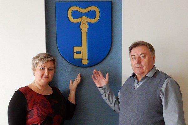Novozvolená starostka obce Dlhé Klčovo vo Vranovskom okrese Ľubica Zubková (vľavo) a dosluhujúci starosta Andrej Kulik (vpravo).