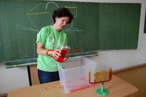 S deťmi robievame pokusy z vecí, ktoré nájdeme v kuchyni, hovorí učiteľka matematiky a fyziky Tatiana Mičáňová.