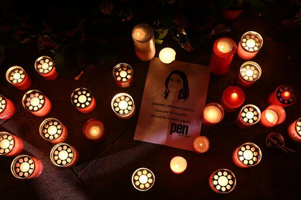 Keď moju mamu zabili, vzniklo miesto, kam ľudia nosili kvety a sviečky, predtým sa tam roky chodilo protestovať. Priamo minister vnútra však rozkázal, aby kvety, sviečky a všetko súvisiace s mojou mamou odpratali. Vláda tam dokonca začala dávať barikády, hovoril pred rokom syn zavraždenej novinárky pre SME.