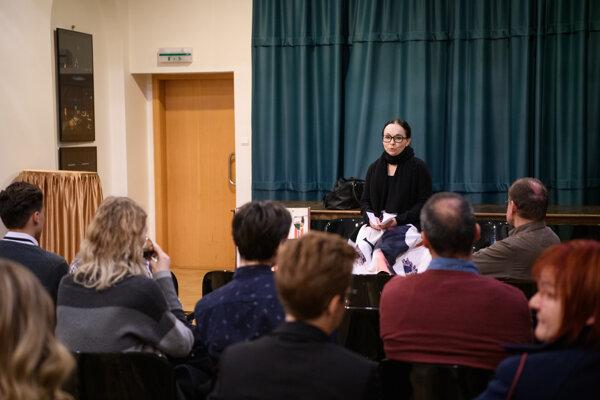 Diváci sa stretli na besedách s tvorcami divadla. Na snímke dramaturgička Monika Michnová.