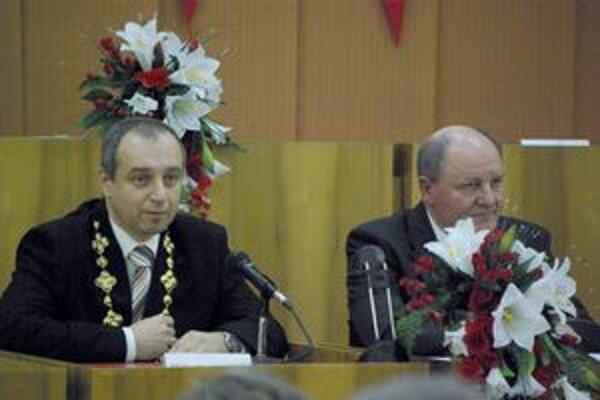 Karol Janas, nový primátor Považskej Bystrice (vľavo). Odstupujúci primátor Miroslav Adame.