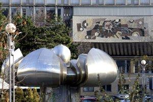 Na bratislavskom Námestí slobody sa začína proces obnovy fontány Družba, ktorá je už dlhšie v nefunkčnom stave.