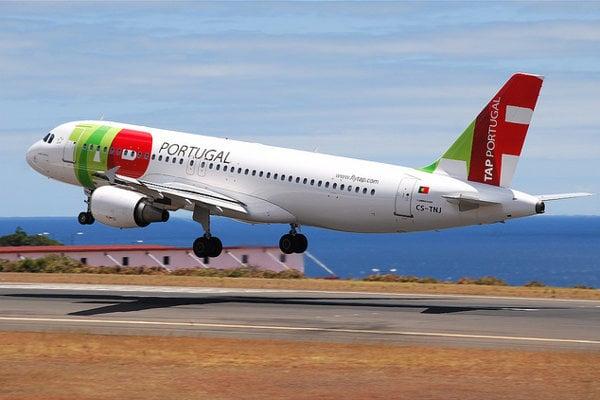 Pristávanie na letisku Funchal na Madiere komplikujú náročné poveternostné podmienky.
