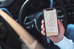 Aplikácia navedie vodiča na voľné parkovacie miesto.