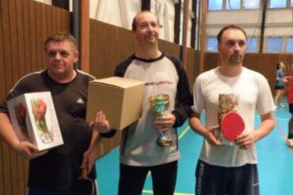 Najlepší neregistrovaní stolní tenisti - v strede víťaz Bačinský.