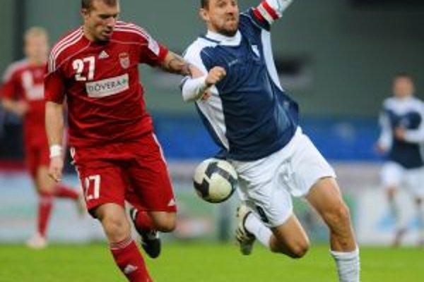 Dubnický kapitán Porázik (vpravo) v súboji s Vajdom, hral svoj 250. ligový zápas.