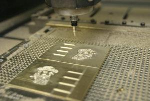 Na ilustračnej fotke gravírovanie matrice na vodotlač, ktorá sa využíva pri tlači cenín a čistopisov cestovných dokladov na prechádzania falšovania.