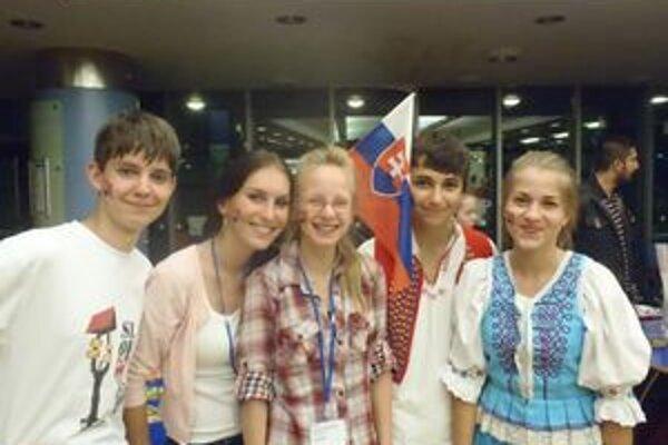 Mladí divadelníci. Zľava P. Kováčik, K. Lečková, R. Jurčacková, M. Ješík a M. Chovancová.