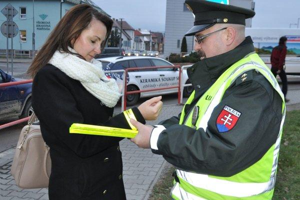 Policajti rozdávali vuliciach reflexné prvky.