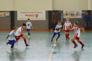 Snímka zo zápasu V. Zálužie - Výber ObFZ U11. Ulačania sú v bielo-červených dresoch.