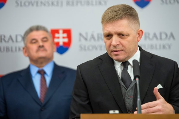 Vľavo minister práce, sociálnych vecí a rodiny Ján Richter a vpravo predseda Smeru Robert Fico.