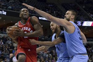 Hráč tímu Toronto Raptors Kawhi Leonard útočí, Kyle Anderson (1) a Marc Gasol v modrých dresoch Vancouveru Grizzlies ho bránia.
