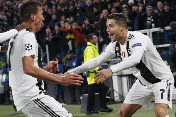 Mario Mandžukič  Cristiano Ronaldo sa radujú z gólovej akcie.