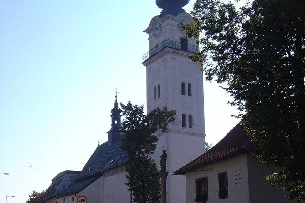 Immaculata stojí pri kostole vo Veľkej.