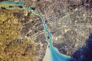 Rieka Detroit oddeľuje Kanadu a USA, Naľavo je Detroit v americkom Michigane a napravo Windsor v Ontáriu.
