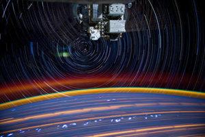 Astronaut Donald Petit vytváral zábery so svetelnými stopami tak, že urobil viacero záberov s 30 sekundovou uzávierkou a pospájal ich na seba. Imitoval tak bežnú filmovú fotografiu, ktorú by fotil 10 až 15 minút.