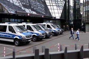Policajní vyšetrovatelia počas razie na dvore centrály Deutsche Bank.