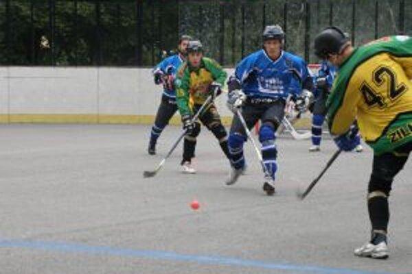 Double team Pov. Bystrica (v modrom) prehral so Žilinou o dva góly.