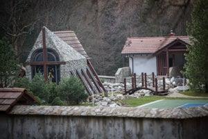 Súčasťou haciendy, v ktorej bývalý niekdajší šéf SNS Ján Slota je aj kaplnka, tenisový kurt, či jazierko s klembovým mostom.