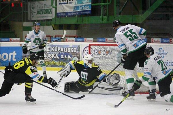 Tomáš Urban (55) strieľa prvý gól Novozámčanov.