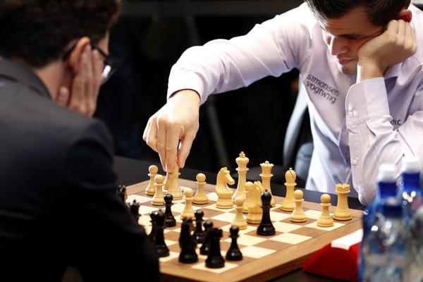 Zápas o šachový titul medzi Magnusom Carlsenom (vpravo) a Fabianom Caruanom priniesol veľkú drámu.