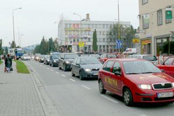 Problémy s dopravou sú na hlavne na ceste z Rajca do Púchova, chodí po nej viac vozidiel ako pred spustením diaľnice.