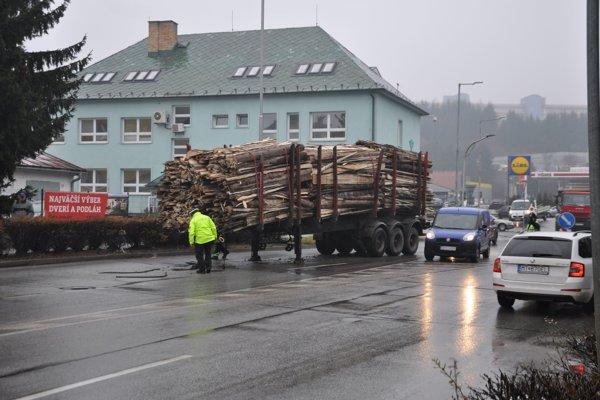 Náves s drevom ostal stáť za kruhovou križovatkou.
