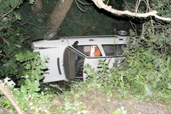 Auto skončilo na ľavom boku, vodič nafúkal.