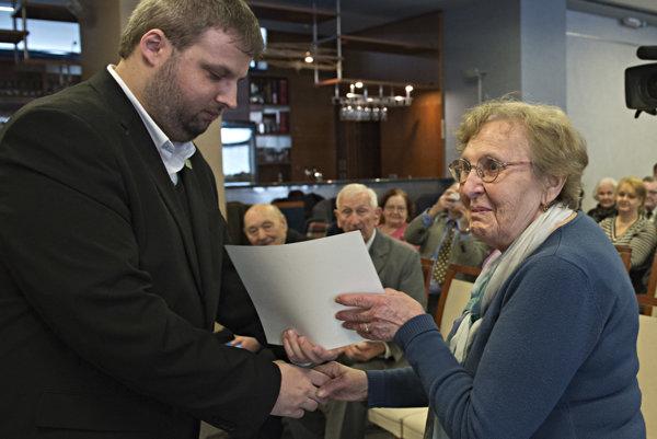 Na snímke vľavo nový predseda KPVS Peter Sandtner odovzdáva ďakovný list.
