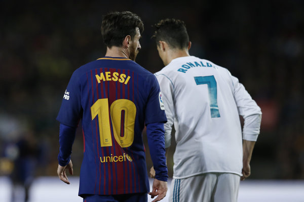 Lionel Messi (vľavo) a Cristiano Ronaldo.