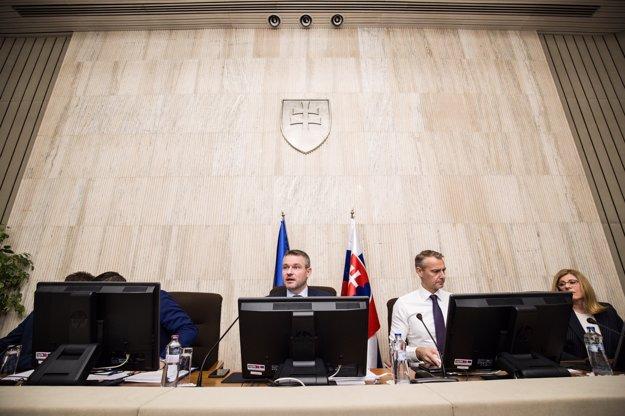 Premiér Peter Pellegrini a ministri počas stredajšieho rokovania vlády.