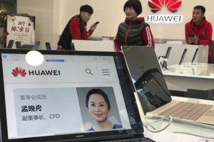 Displej v pekingskom obchode Huawei zobrazuje profil zatknutej finančnej riaditeľky Meng Wan-čou.