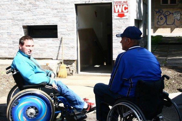 Vstupu vozičkárov bránia obrubník, schody a úzke zárubne.