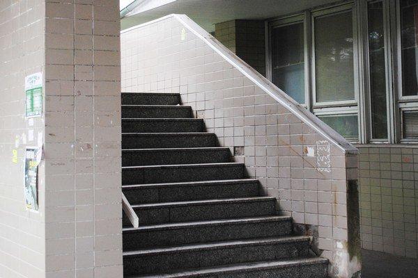 V súčasnosti je schodisk polikliniky v havarijnom stave.