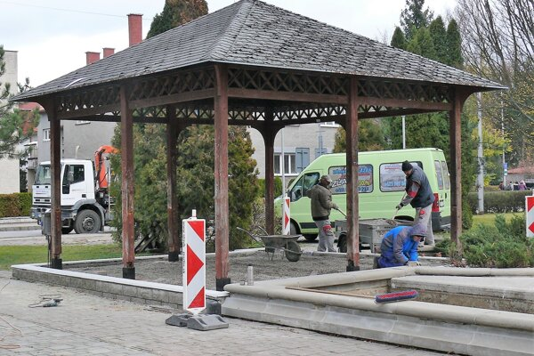 Altánok vo Hviezdoslavovom parku pri detskom ihrisku. Opraví sa aj dlažba.