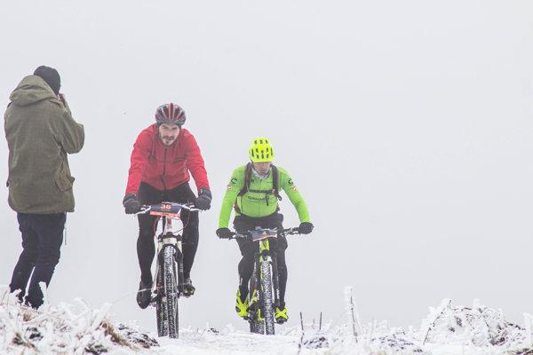 Cyklisti sa musia popasovať snáročnými podmienkami.